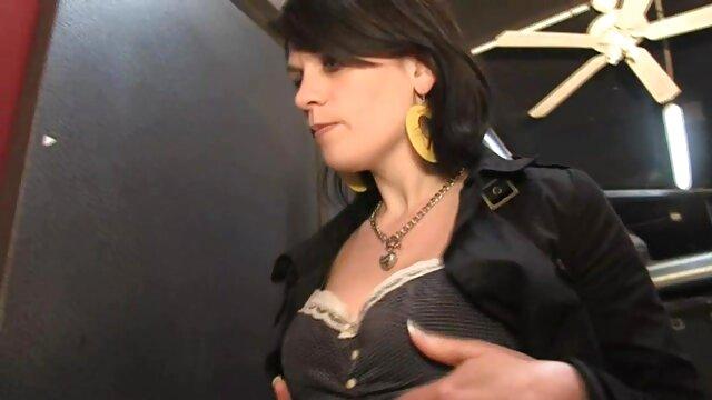 Le mec sur le sol porno en hd gratuit baise une grosse femme noire