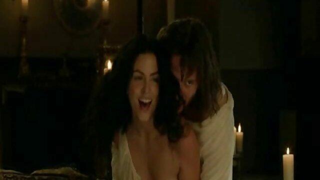 Femme meilleur film porno hd caresse le clitoris