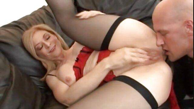 PORNO RUSSE: Une jeune film x hd streaming esclave lèche la chatte d'une fille