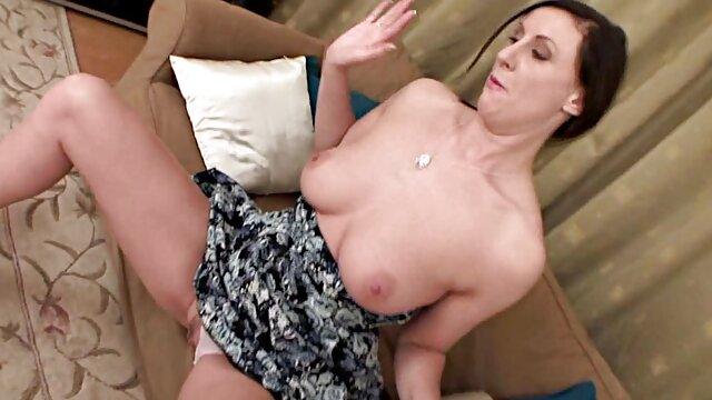 Brunette avec un ami et un film porno de qualite mec filmant le sexe dans l'eau sur une webcam